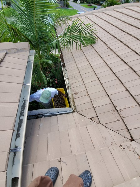Gutter Cleaning in Coconut Creek, FL (1)